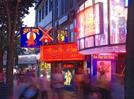 Reeperbahn is a crowded street full of party-lovers