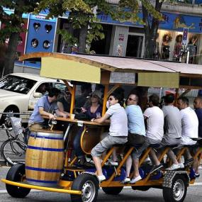 Have fun with beers on wheels and get to know monuments of Hamburg